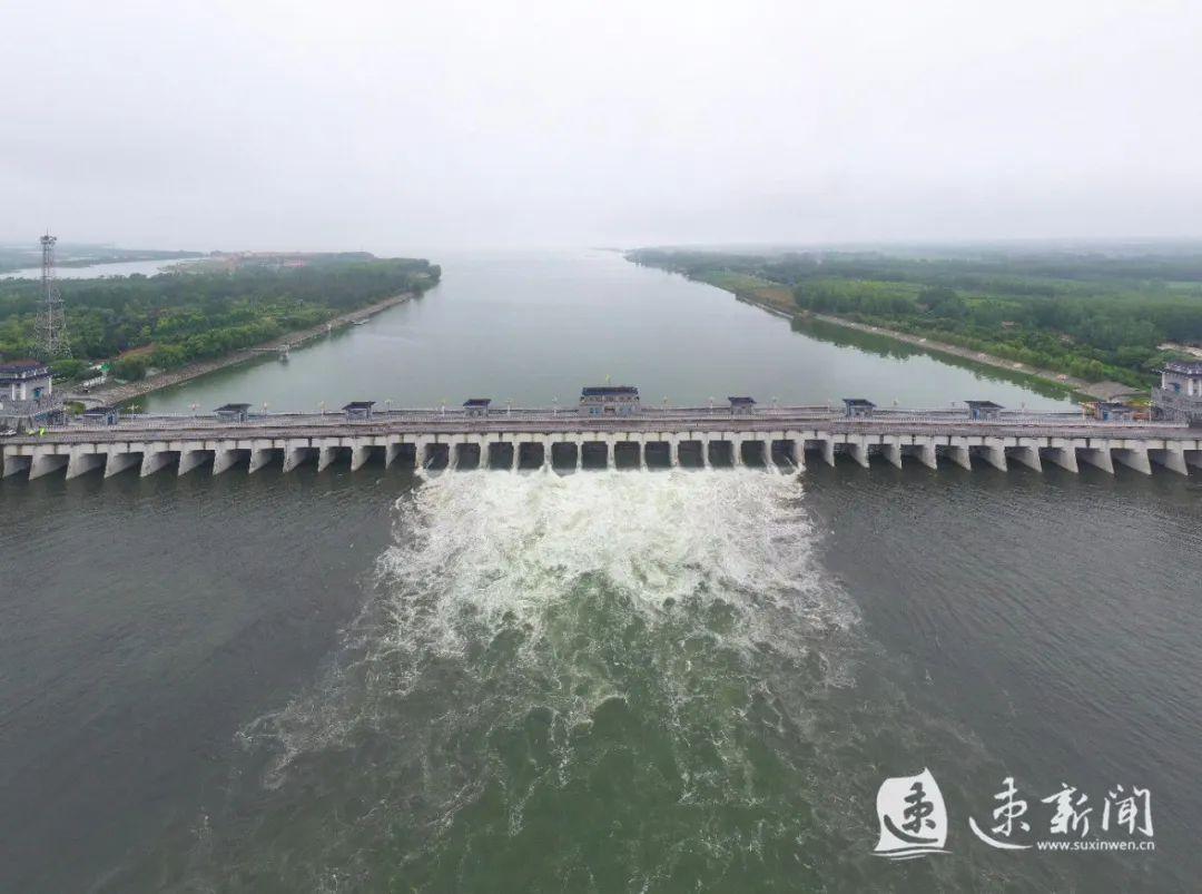 水位暴涨!新沂河上游嶂山闸行洪加大!