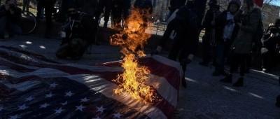 拜登就职日,抗议者烧国旗,美新冠死亡数超二战……