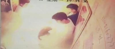 成都一小区电梯内起火通报:5人受伤 初步认定电瓶车着火引发