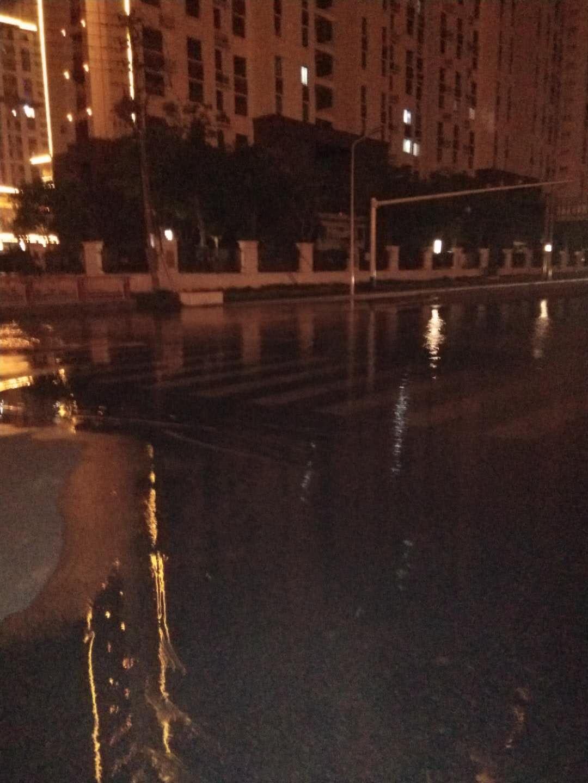 沭阳城东富园景都东门小河水漫路面,严重影响交通安全,烦请相关部门尽快开闸泄洪。