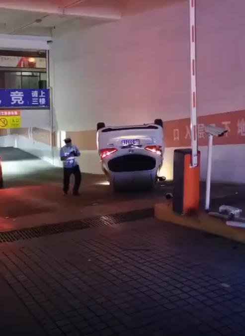 这是高手!车在停车场翻了,听说人酒驾跑了……