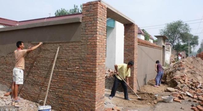 【政民互动】市民:村书记同意老房重建,城管队却把工具拖走了!回复:遗留问题导致