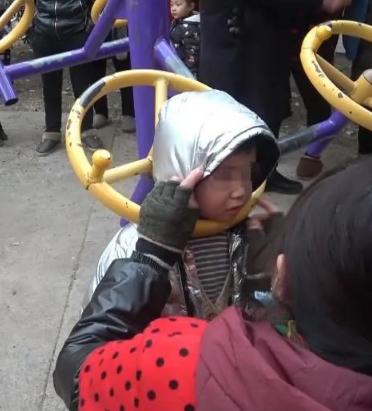 惊险!沭阳5岁女童头卡健身器材!家长千万注意!