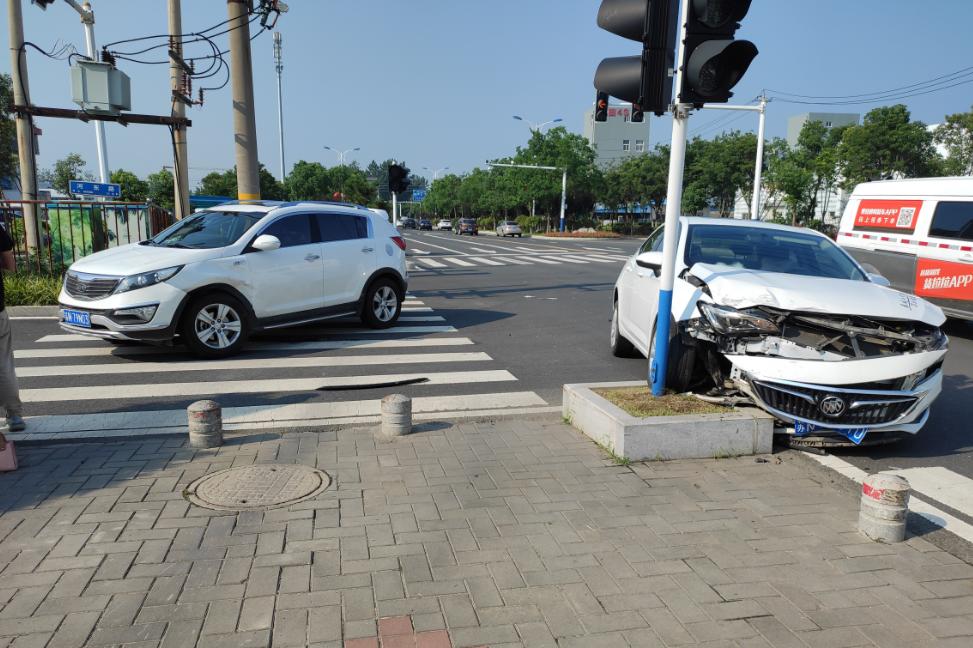 起亚4S店路口发生交通事故!坐在地上的是英朗车主,站在边上的是智跑车主