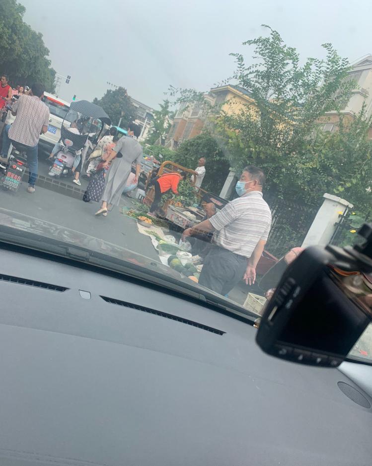 中华小区门口福州路道路被卖菜占用