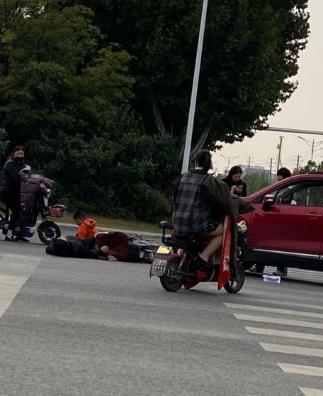 行车一定要注意安全!北京路下穿通道南侧一辆轿车撞倒电动车主,揪心!