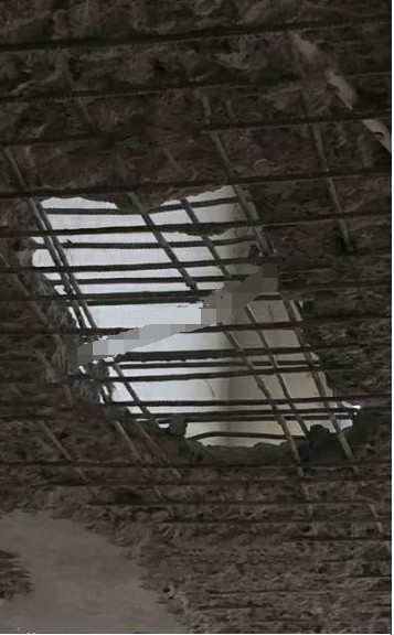 上东郡小区房顶塌陷 成危房!