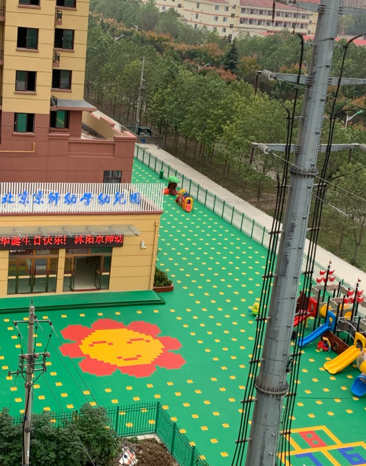 这个幼儿园有没有安全隐患?紧挨2根高压电线
