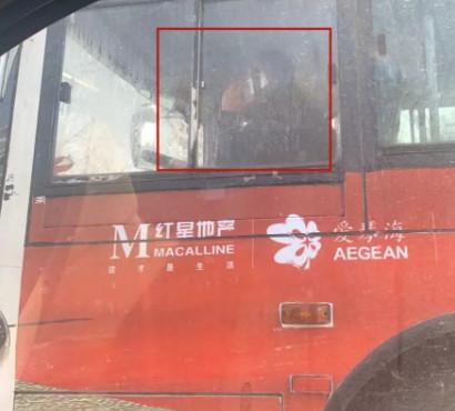 危险!沭阳某公交司机竟然敢边开车边打电话,置全车人安全于不顾?