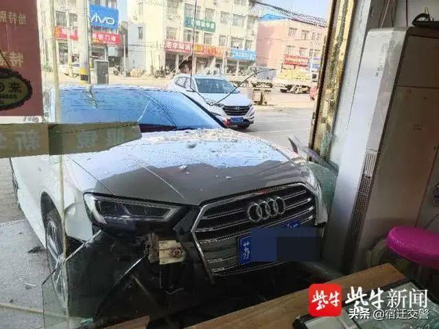 """沭阳一女子炫耀""""车技,姐姐驾车直接""""冲进""""妹妹店内"""
