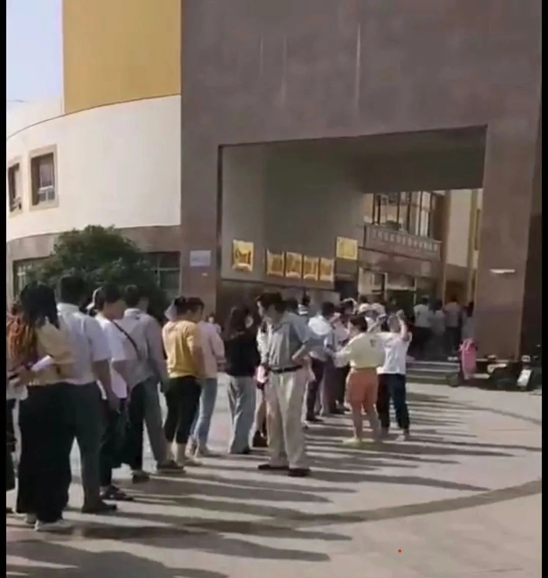 视频!沭阳青少年广场夜市报名排队到门口!不收取摊位费!