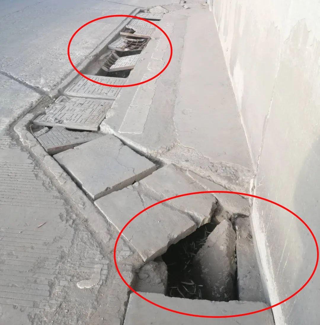 重庆南路铁路桥下,快车道两侧雨水井盖多处破损