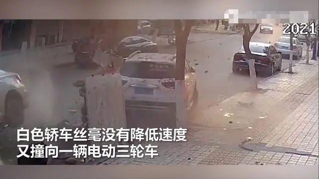 沭阳一辆轿车街头连撞4人!