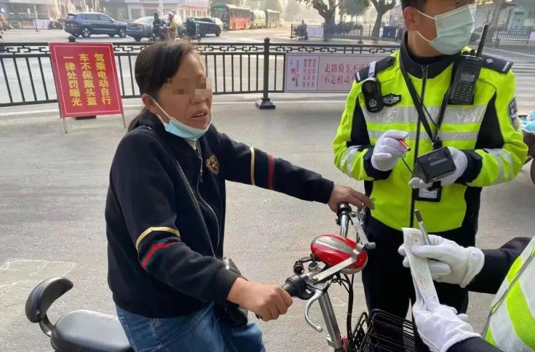 近期驾乘电动自行车不佩戴安全头盔违法曝光!